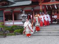 斎女と童女が公家衣装に身をただした還来神社へ向かう