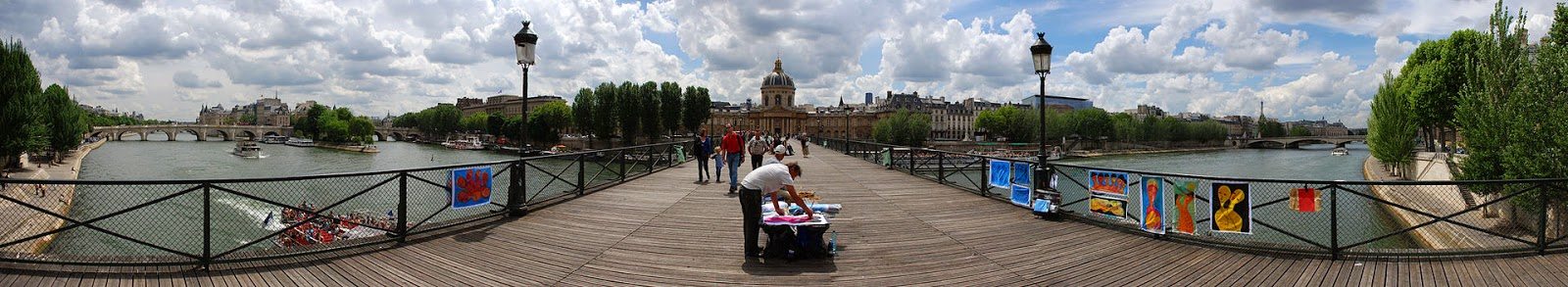 http://fr.wikipedia.org/wiki/Pont_des_Arts#/media/File:Seine_River_and_Bridge.jpg