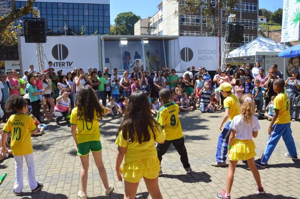 População assiste números circenses, de dança e de música oferecidos pela Secretaria de Cultura de Teresópolis