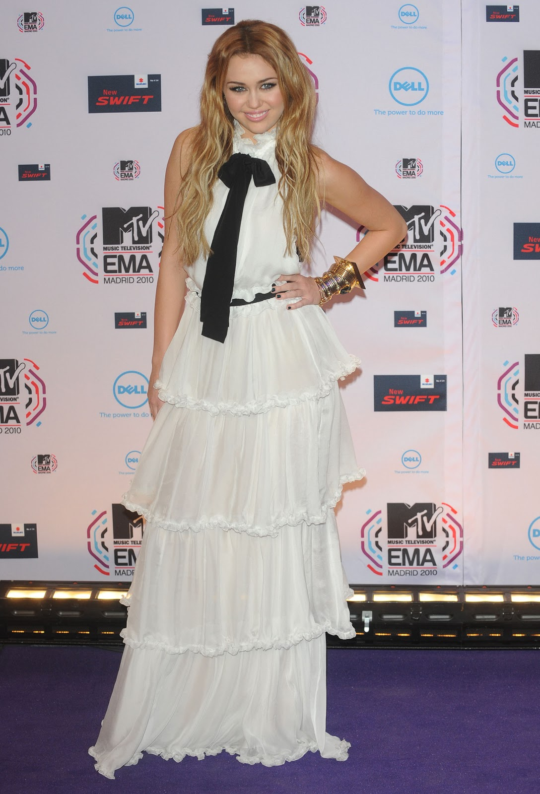 http://4.bp.blogspot.com/-Q0k1tpw6y6w/ThEsRVFXJ2I/AAAAAAAACHA/64NfwvmD27c/s1600/Miley-Cyrus_COM_MTVEMAs_MadridSpain_7Nov2010_064.jpg