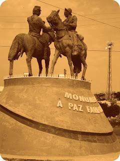 Monumento à Paz Farroupilha, em Dom Pedrito. Dois soldados cruzando-se a cavalo.