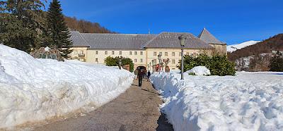 Majestuosa entrada a la Colegiata de Roncesvalles.