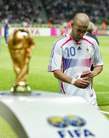 Zidane passando ao lado da taça FIFA depois de expulsão final copa do mundo 2006