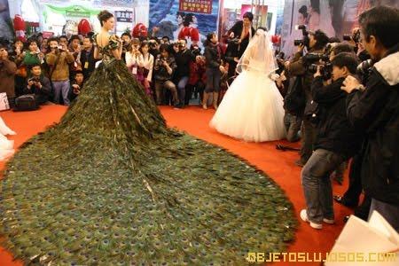este es el blog de moda: vestido de novia hecho con plumas de pavo real