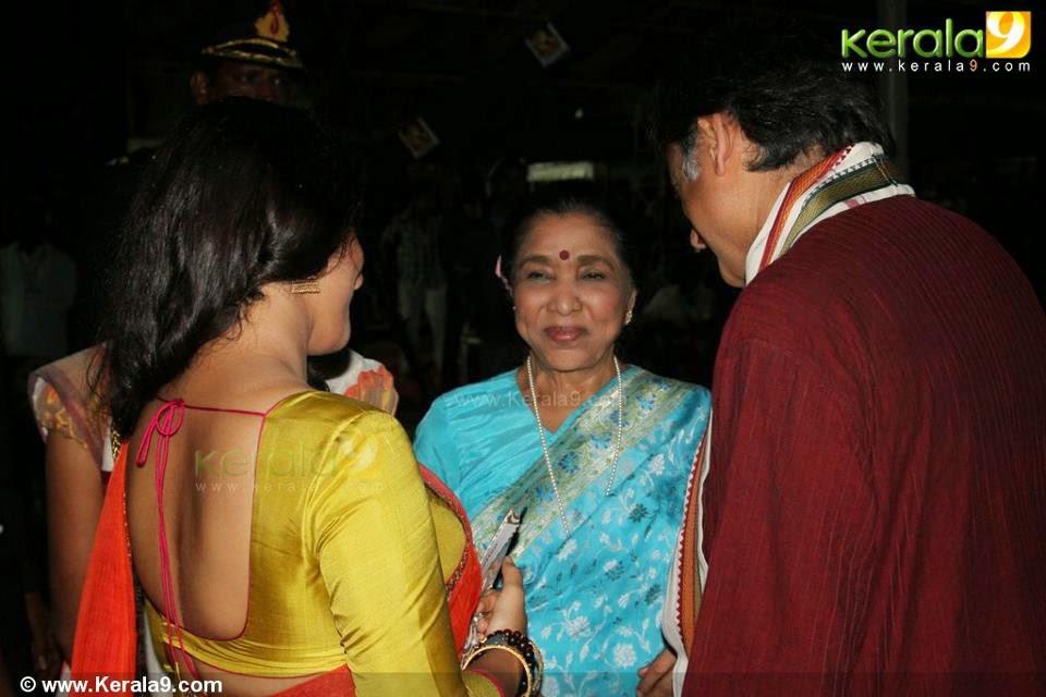 vidya balan backless saree image