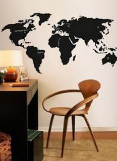Adesivo de parede com mapa em preto em um escritório