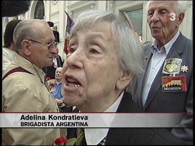 Seqüència del Vídeo de TV3 amb Adelina fent un manifest a l'Estació de França a Barcelona.
