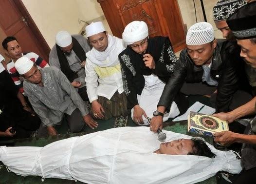 Arya Wiguna sumpah pocong (foto Tabloid Bintang)