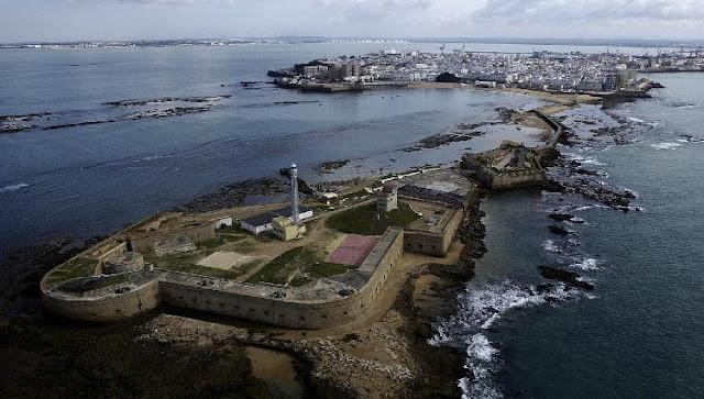Castillo de San Sebastian y Cádiz al fondo