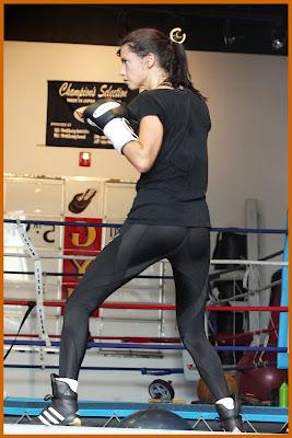 adriana-lima-bacaklar-siyah-tayt-spor-yaparken