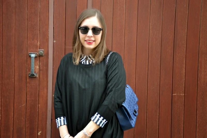 jean jennyfer, pull et chemise rayé noir et blanche H&M et sac matellassé bleu marine