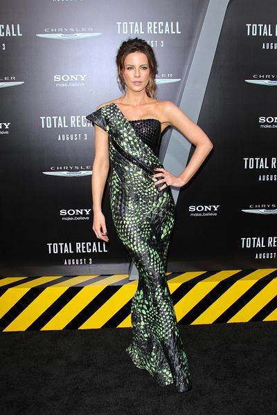 Kate Beckinsale Armani Prive İlkbahar 2012 koleksiyonundan bir gece kıyafetiyle