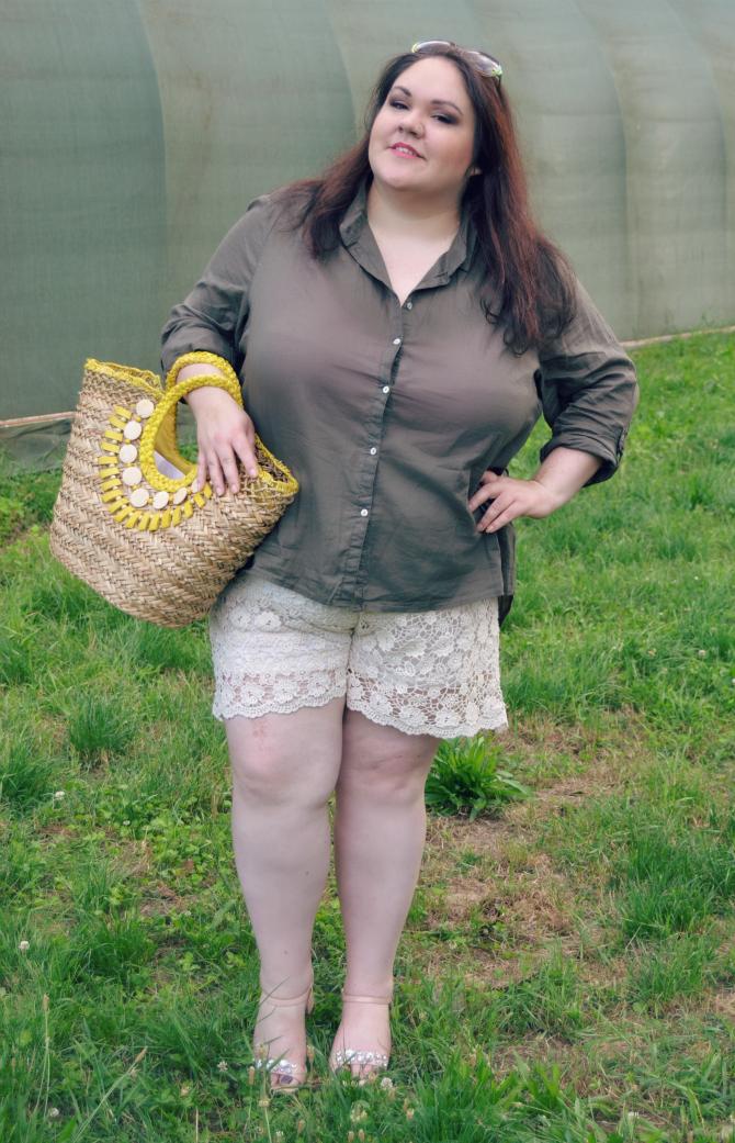 outfit plus size con shorts crochet e camicia