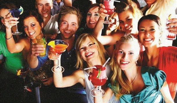 4 receitas de cocktail fáceis para universitários (com video)