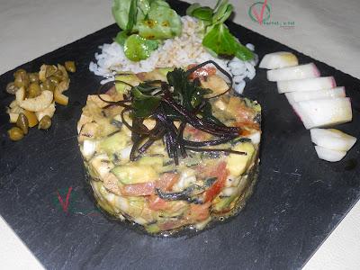 Ensalada tartar de tofu, aguacate y algas.