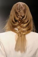 Каскадна плитка с хлабаво сплетена коса на Pierre Braganza