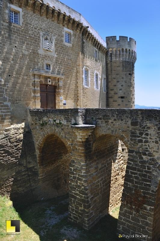 le pont de l'entrée du château de suze la rousse photo blachier pascal