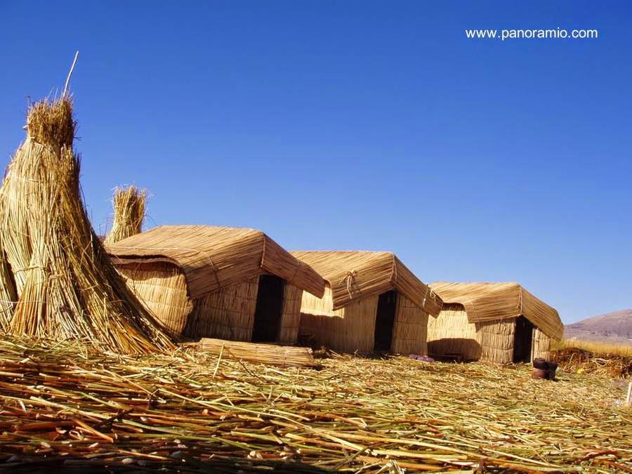 Casas de totora y cúmulos del mismo material