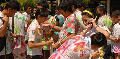 ekspresi kegembiraan saat lulusan sekolah di Indonesia