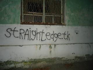 Недавно нам поступил небольшой фото-отчёт о straight edge активизме парней и девчонок из Дзержинска. Выражаем им свою благодарность за упоминание сайта www.straightedge.tk на стенах города и желаем не останавливаться на достигнутом!