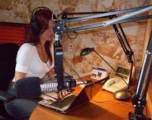 Al aire en el estudio de la Emisora Cultural de Caracas
