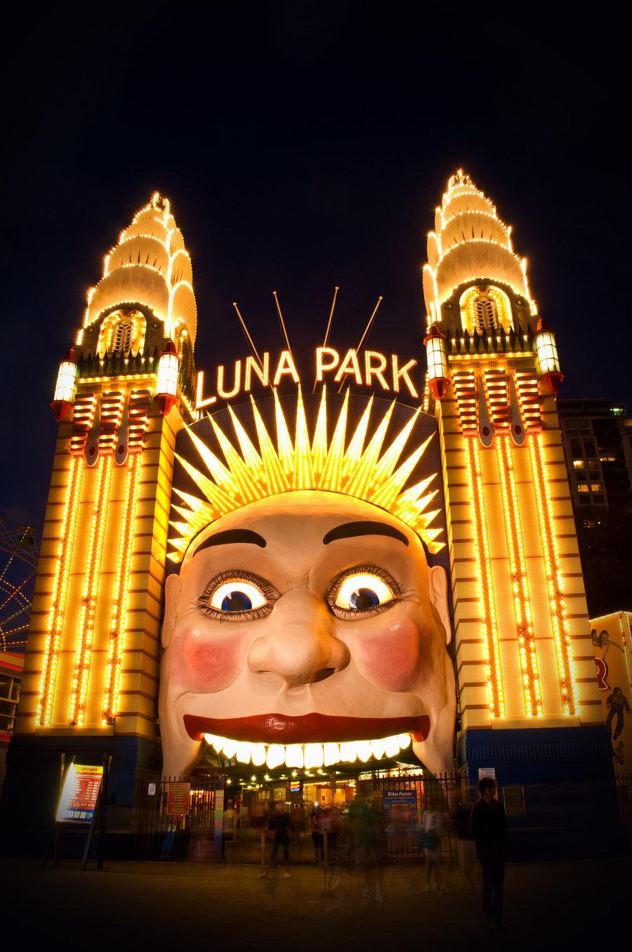 I dolori della giovane libraia 4 trame distopiche for Puerta 7 luna park