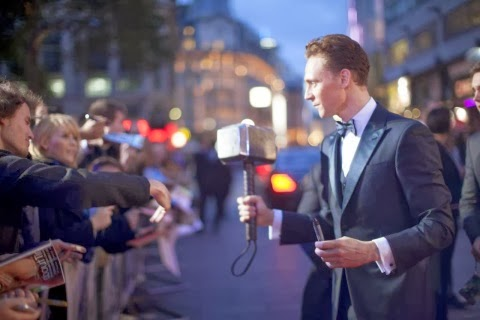 TOM HIDDLESTON FIRMANDO UN MARTILLO A UN FAN