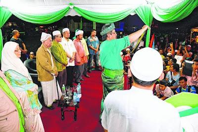Pelakon Mustafa kamal membaca Watikah menggesa anak-anak Kelantan undi PAS