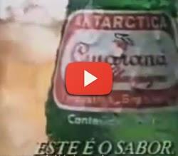 Propaganda do Guaraná Antártica com seu famoso jingle que mistura pipoca com guaraná.