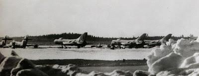 Перехватчики Су-9 на аэродроме, 1970-е годы, справа — самолеты МиГ-17ПФ