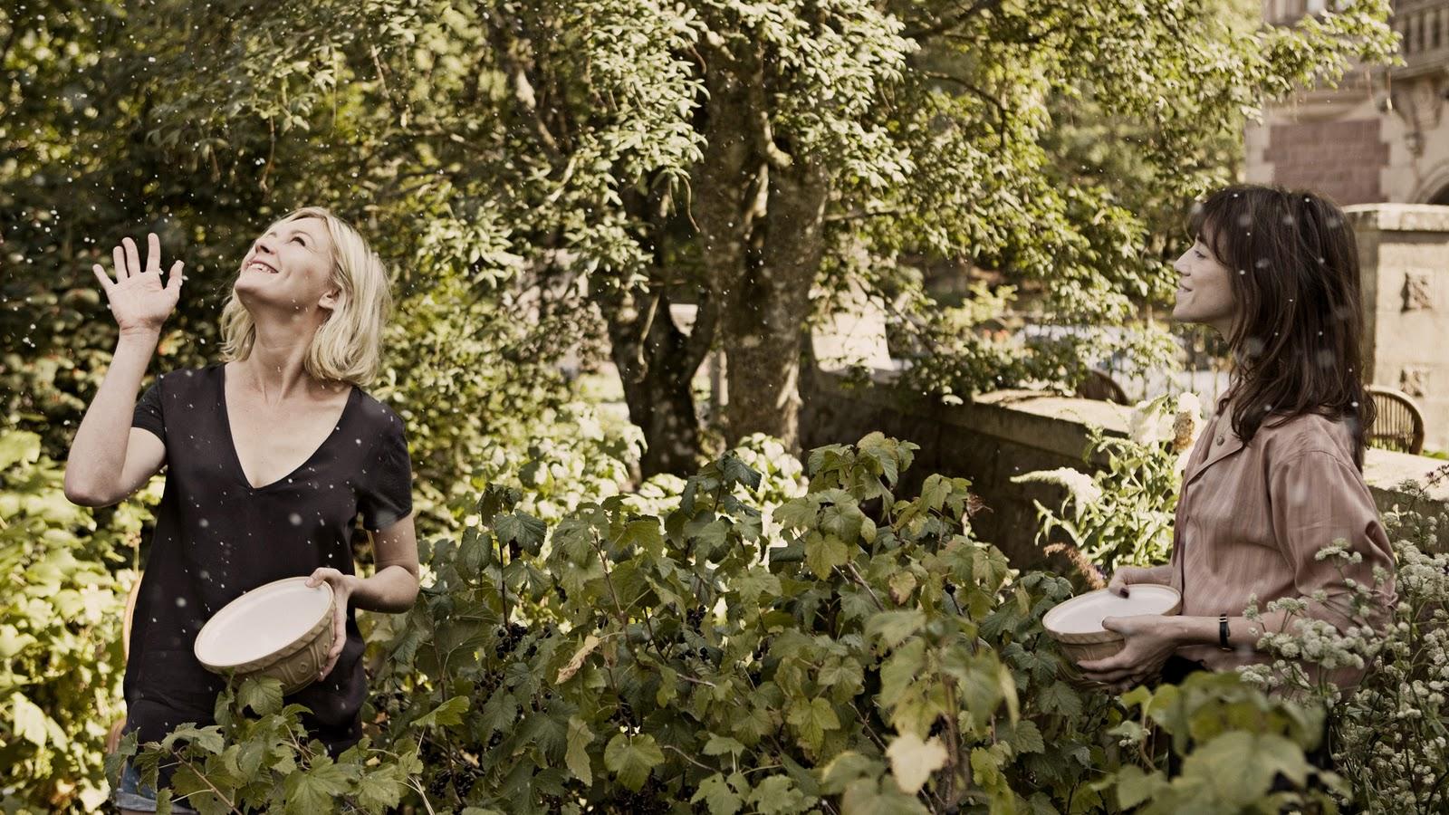http://4.bp.blogspot.com/-QDGEfG1Zqxo/Trf1EDW5lrI/AAAAAAAAAb8/I1v-fxcMWm4/s1600/Melancholia-Still-Charlotte-Gainsbourg-Kirsten-Dunst.jpg