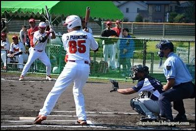 Aksi batting pasukan sofbol negara Indonesia semasa kejohanan