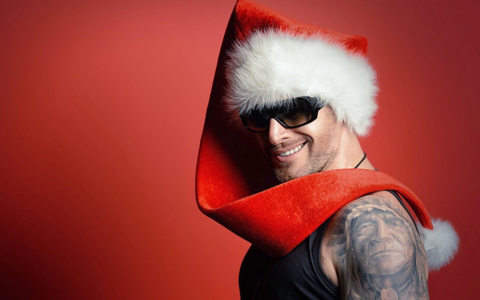 Kerstman met lange muts en zonnebril