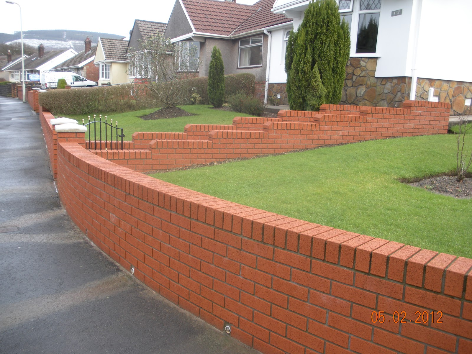 CWM LLYNFI BRICKLAYING 9 INCH RED FACE BRICK GARDEN WALL WITH