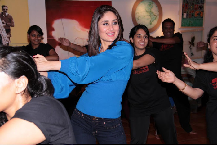 kareen kapoor dancing at strut dance academy event mumbai actress pics