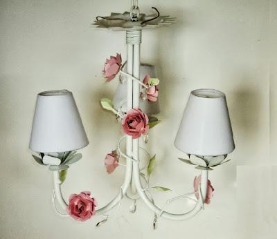 lustre de ferro com rosas