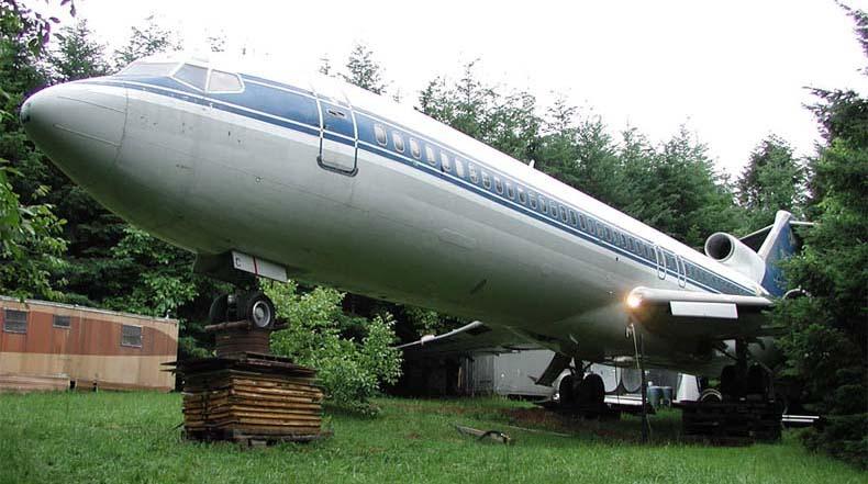 Un retirado Boeing 727 convertido en una casa en el bosque