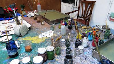 Так выглядит рабочее место творца Эбру. Более пышные кисти, специально подготовленная вода с водорослями, особые бумага и краски