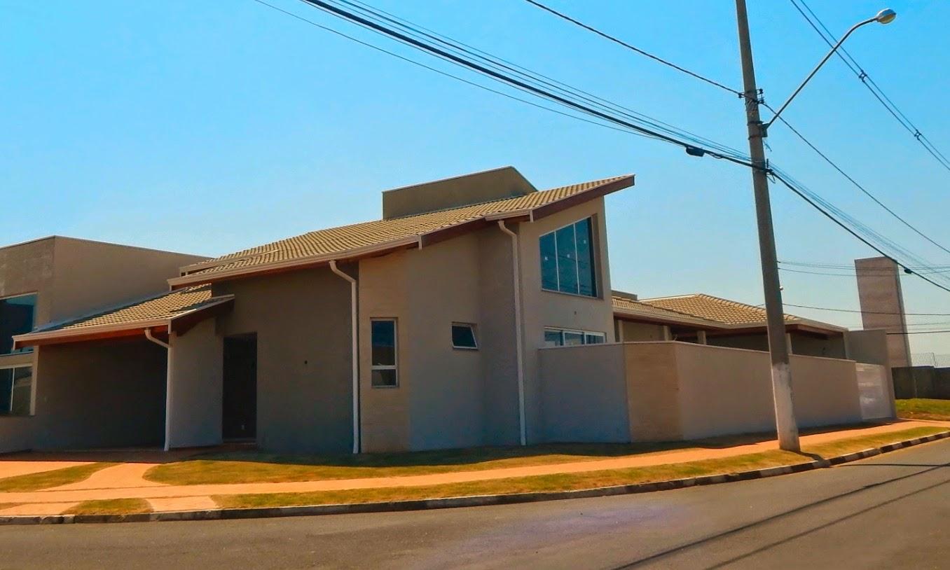 Esta casa térrea de esquina possui 223,26 metros quadrados de área construída, incluindo uma edícula de lazer.