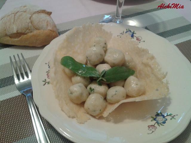 cialde di parmigiano e gnocchi di ricotta al basilico