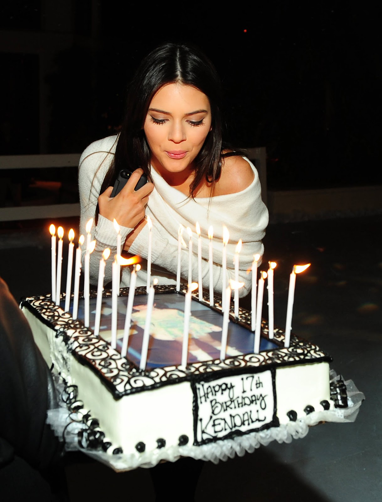 http://4.bp.blogspot.com/-QG32bGQeL28/UK-8Mh7fMcI/AAAAAAAAlmw/tdB-d9QjfRo/s1600/Kendall+Jenner+Celebrates+Her+17th+Birthday+in+LA+-+November+11%252C+2012+9.jpg