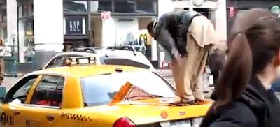 Pemuda bersolat di atas teksi di New York jadi tontonan ramai