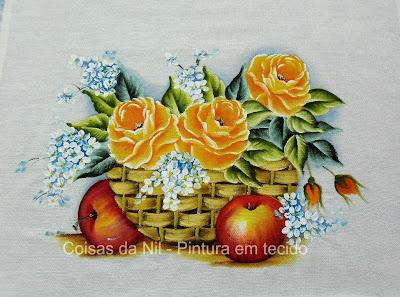 pintura em tecido cesta com rosas amarelas, maças e miosotis