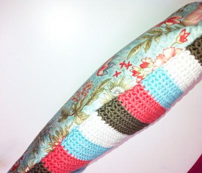 Funda con cremallera en crochet y tela