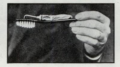 Esta foto es de 1932. Cepillo con pasta incorporada