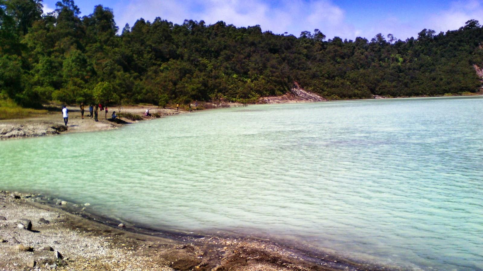 Di lokasi ini juga terdapat kolam pemandian air panas yang langsung menghadap ke kawah Talaga Bodas