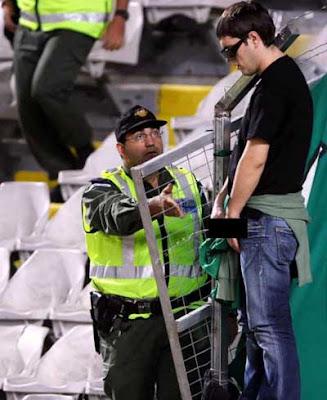 najsmešnije policijske slike , navijač piša ispred policajca