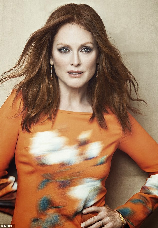 جوليان مور تبدو رائعة وهي بعمر 53 في صور لمجلة More