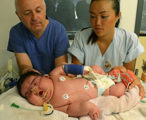 Mulher dá à luz bebê de 6,1 kg. Por parto NORMAL!