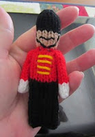 http://translate.google.es/translate?hl=es&sl=en&tl=es&u=http%3A%2F%2Fjustjen-knitsandstitches.blogspot.com.au%2F2013%2F05%2Ftoy-soldier-christmas-ornament-knitted.html